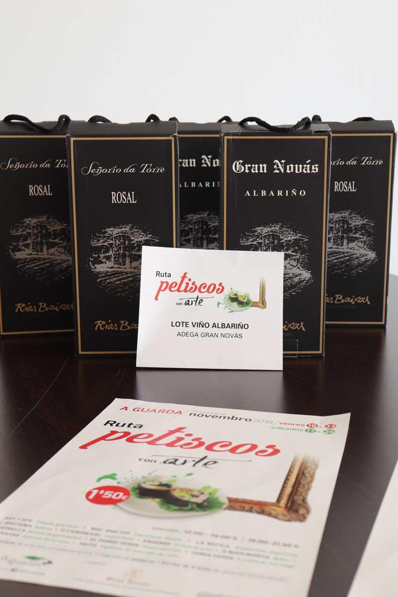El martes día 4 de diciembre se realizó por parte del Alcalde, Antonio Lomba y de la Concejal de Turismo, Montserrat Magallanes, la entrega de los 5 lotes de dos botellas de vino Albariño de la Bodega Gran Novás, de la D.O. do Rosal a los premiados en el sorteo.