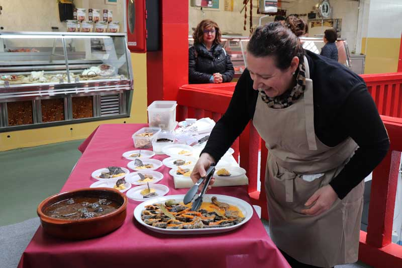"""Este viernes día 5 de abril la Plaza de Abastos de A Guarda fue el escenario para la realización de un Showcooking en el que el restaurador local César Verde del Restaurante Xantar cocinó la lamprea del Río Miño elaborada con la receta tradicional """"A la bordalesa"""". También se elaboró una receta especial con la lamprea en escabeche que gustó mucho a los asistentes de la Plaza de Abastos en la mañana de este viernes, el alcalde y la Concejal de Cultura no quisieron desaprovechar esta oportunidad para acercarse y degustar también este manjar del Río Miño, destacando el buen hacer y profesionalidad de este restaurador de la villa en la preparación de este pescado."""