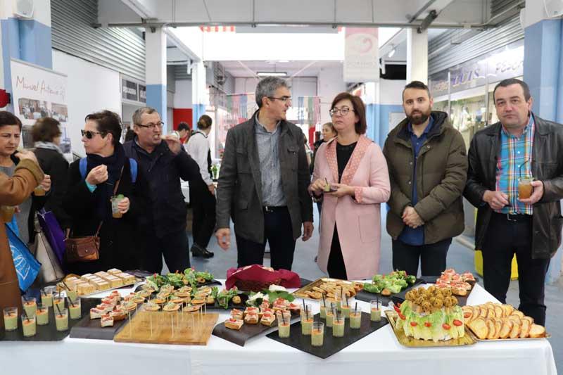El programa Degusta Europa llegó a la Plaza de Abastos de A Guarda en la mañana de este jueves día 11 de abril con las elaboraciones realizadas por los alumnos del CIFP Manuel Antonio de Vigo.